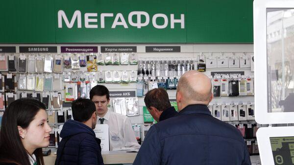 Посетители в одном из офисов Мегафон в Москве