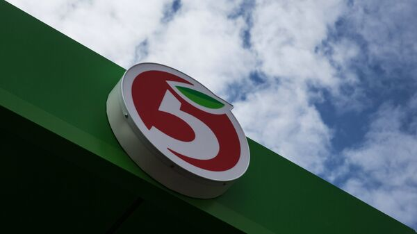 Логотип на здании одного из магазинов Пятерочка в Москве
