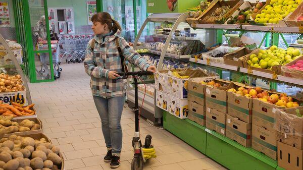 Девушка у прилавка с овощами