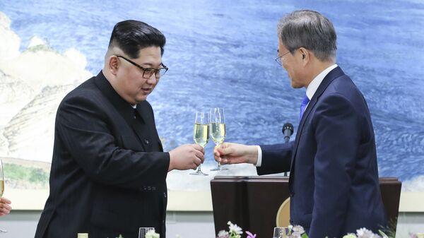 Лидер Северной Кореи Ким Чен Ын и президент Южной Кореи Мун Чжэ Ин. Архивное фото