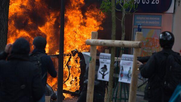 Участники беспорядков, возникших во время первомайской демонстрации в Париже