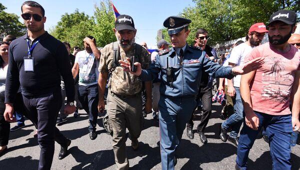 Заместитель начальника полиции Еревана Валерий Осипян разговаривает с лидером оппозиции в Армении Николом Пашиняном во время возобновившихся акций протеста в Ереване. 2 мая 2018