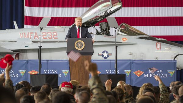 Президент США Дональд Трамп во время встречи с морскими пехотинцами на авиабазе Мирамар, Калифорния