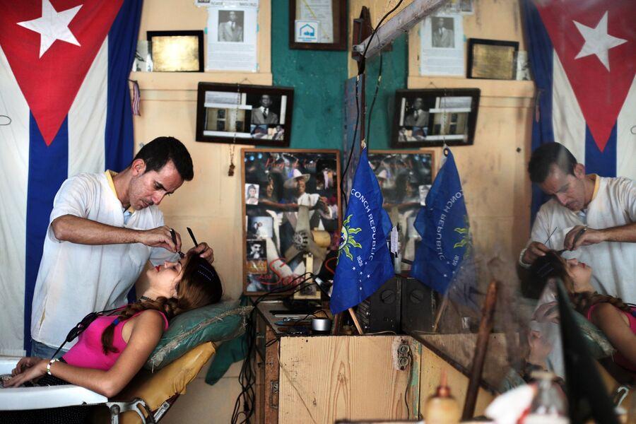 Девушка в парикмахерской на улице в районе Старая Гавана