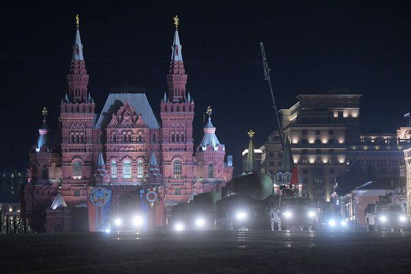 Транспортно-пусковой контейнер комплекса РС-24 Ярс на репетиции военного парада на Красной площади, посвященного 73-й годовщине Победы в Великой Отечественной войне