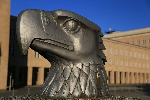 Статуя головы орла в Берлине
