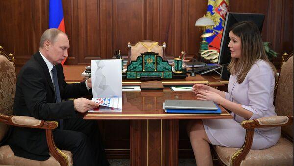 Президент РФ Владимир Путин и генеральный директор АСИ Светлана Чупшева во время встречи. 4 мая 2018