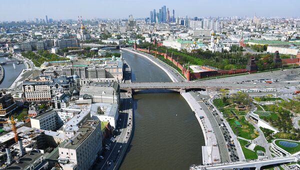 Вид на Москворецкую набережную в Москве