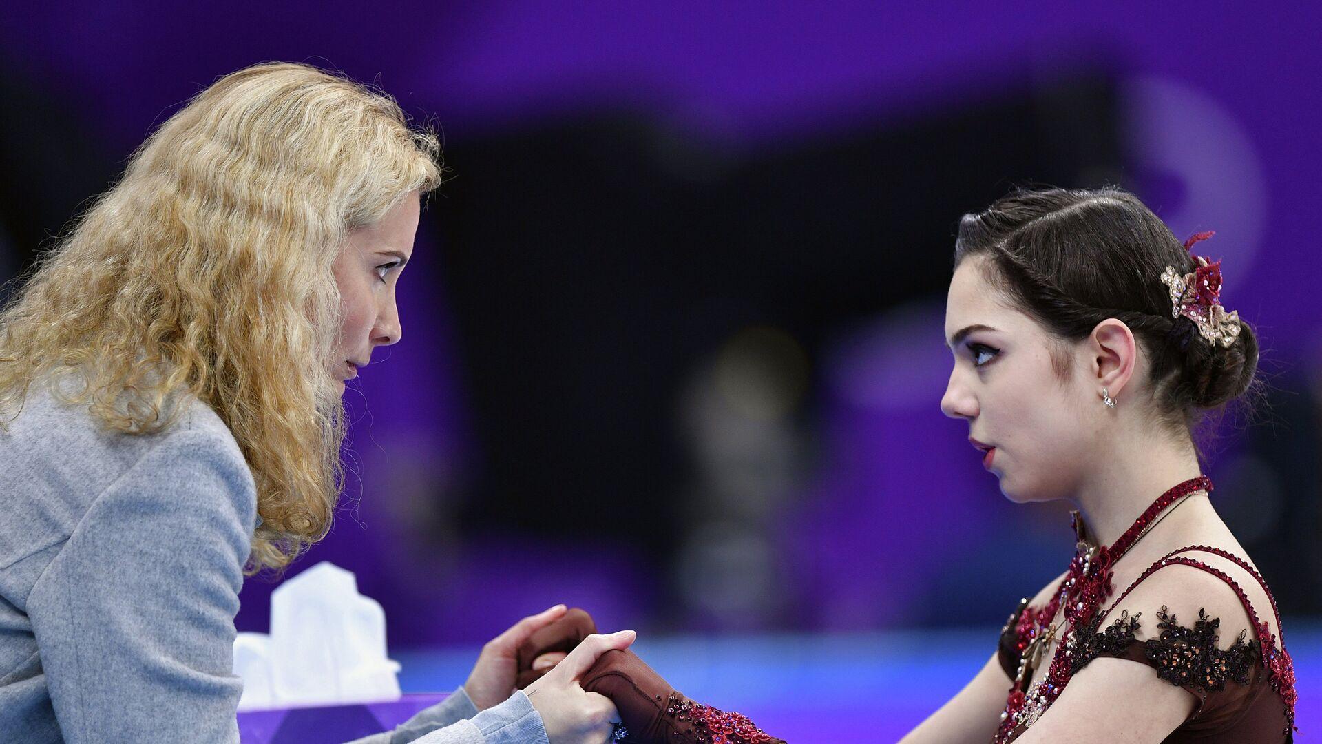 Этери Тутберидзе и фигуристка Евгения Медведева (справа) - РИА Новости, 1920, 24.02.2021