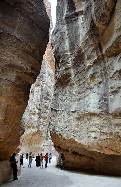 Туристы в ущелье Сик, ведущем к скальному городу Петра, в Иордании