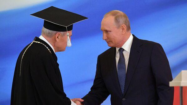 Избранный президент РФ Владимир Путин во время церемонии инаугурации в Кремле. Слева - председатель Конституционного суда РФ Валерий Зорькин. 7 мая 2018 года