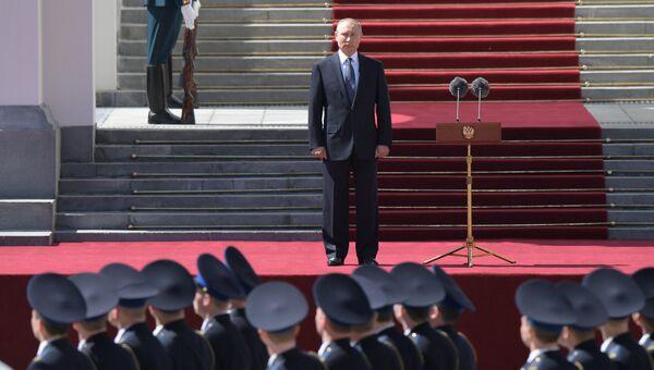 Президент РФ Владимир Путин принимает парад Президентского полка на Соборной площади Московского Кремля. 7 мая 2018