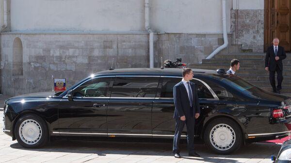 Президент РФ Владимир Путин спускается по лестнице Благовещенского собора к автомобилю Aurus. 7 мая 2018