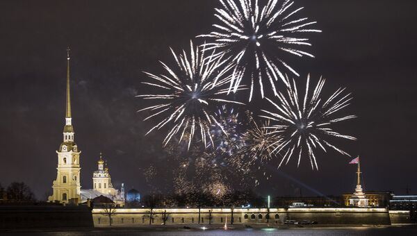 Праздничный салют над Петропавловской крепостью в Санкт-Петербурге. Архивное фото.