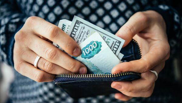 Российские рубли и доллары США в кошельке