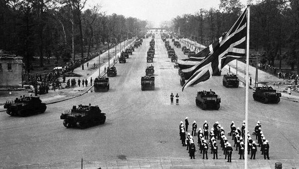 Британские военные во время парада в Берлине. 13 июля 1945