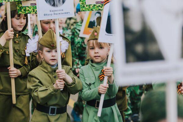 Участники акции Бессмертный полк, проходящего в рамках детского парада Победы Дорогами памяти в Иваново. 8 мая 2018 года