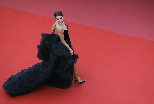 Блогер Камила Коэльо на красной дорожке церемонии открытия 71-го Каннского международного кинофестиваля