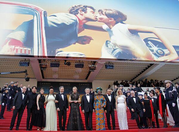 Члены жюри на красной дорожке церемонии открытия 71-го Каннского международного кинофестиваля