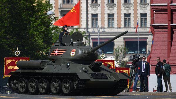 Танк Т-34-85 на военном параде, посвященном 73-й годовщине Победы в Великой Отечественной войне 1941-1945 годов