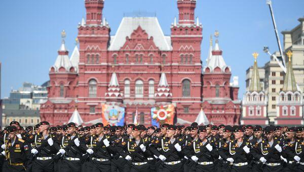 Военнослужащие морской пехоты на военном параде, посвященном 73-й годовщине Победы в Великой Отечественной войне 1941-1945 годов