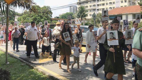 Участники акции Бессмертный полк в Куала-Лумпур, Малайзия. 9 мая 2018