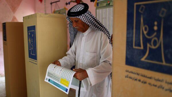 Мужчина отдает свой голос на избирательном участке во время парламентских выборов в Ираке. Архивное фото