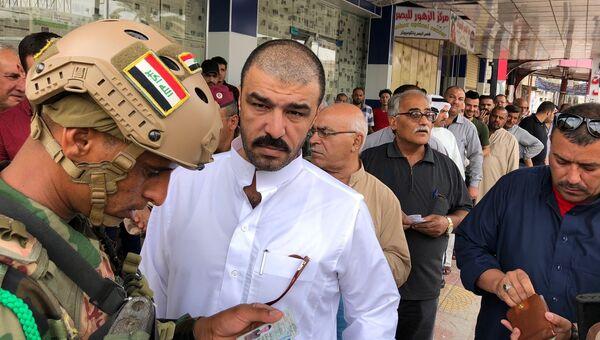 Люди на избирательном участке в Мосуле во время выборов в Ираке. 12 мая 2018