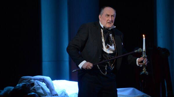 Актер Борис Клюев в роли Евгения Арбенина в сцене из спектакля Маскарад в Малом театре