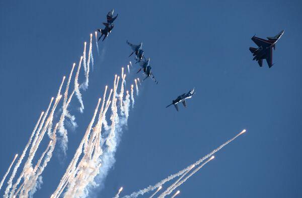 Истребители Су-30СМ пилотажной группы Русские Витязи и МиГ-29 пилотажной группы Стрижи во время празднования 80-летия Центра показа авиационной техники им. Кожедуба на аэродрома Кубинка в Московской области
