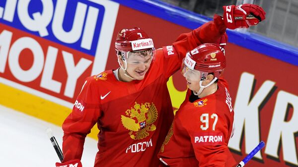 Хоккеисты сборной России Кирилл Капризов (слева) и Никита Гусев радуются заброшенной шайбе