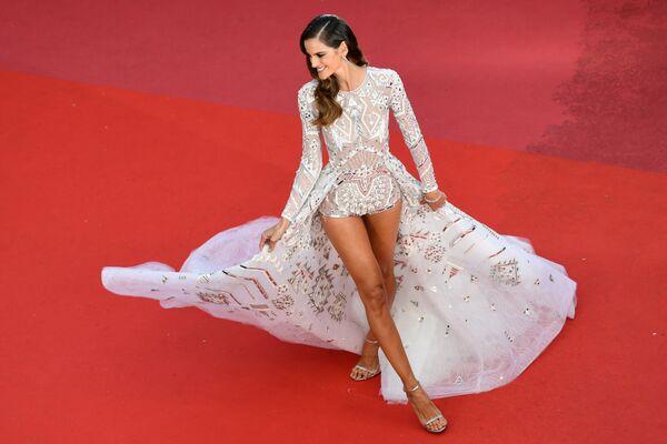 Бразильская модель и актриса Изабель Гулар на красной дорожке перед премьерой фильма Sink Or Swim (Le Grand Bain) в рамках 71-го Каннского международного кинофестиваля