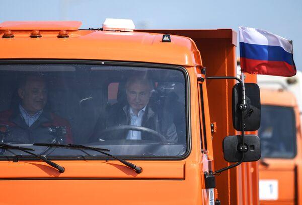 Президент РФ Владимир Путин за рулем автомобиля КамАЗ во время открытия автомобильной части Крымского моста. 15 мая 2018