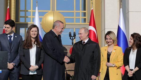 Президент РФ Владимир Путин и президент Турецкой Республики Реджеп Тайип Эрдоган на церемонии запуска строительства первого энергоблока АЭС Аккую, сооружаемой Росатомом в Турции, у президентского дворца в Анкаре. 3 апреля 2018 года