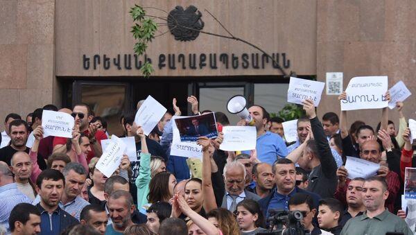 Демонстранты, требующие отставки мэра Еревана Тарона Маргаряна, у здания городской администрации. 16 мая 2018