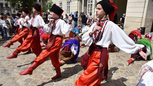 Молодые люди выступают в традиционной одежде во Львове на празднике в День вышиванки. 17 мая 2018