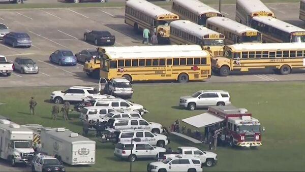 На месте стрельбы возле школы Санта-Фе Хай Скул в штате Техас, США. 18 мая 2018