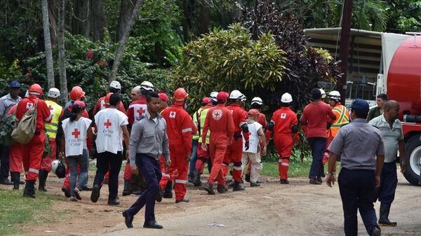 Спасатели, работающие на месте падения самолета на Кубе. 18.05.2018