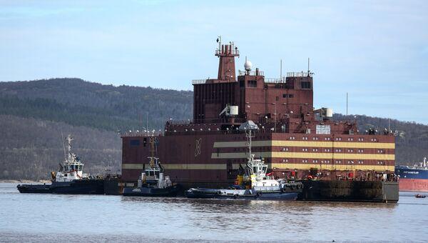 Буксировка плавучего атомного энергоблока. Архивное фото