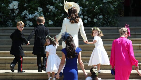 Кэтрин, герцогиня Кембриджская поднимается по ступеням с принцем Джорджем, принцессой Шарлоттой и подружками невесты на свадебную церемонию британского принца Гарри и актрисы Меган Маркл