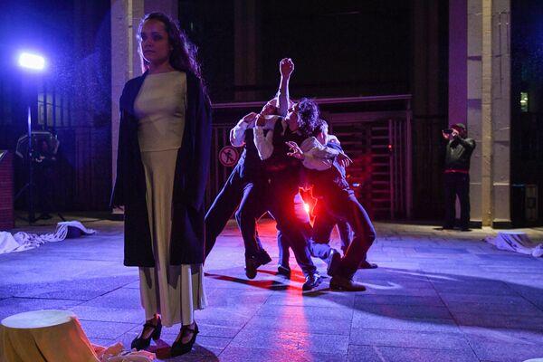 Участники уличного перфоманса труппы иммерсивного шоу Вернувшиеся на фотовыставке Освобождение Европы у здания МИА «Россия сегодня» в рамках акции Ночь музеев. 19 мая 2018