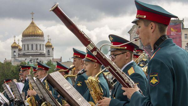 Музыканты на открытии Программы Военные оркестры в парках в Александровском саду