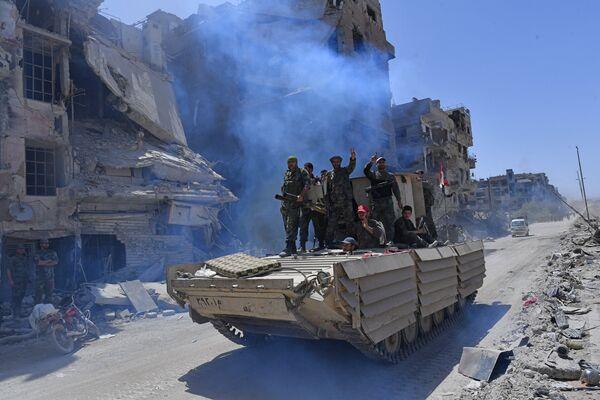 Военнослужащие сирийской армии на БМД-1 в освобожденном лагере палестинских беженцев Ярмук на юге Дамаска
