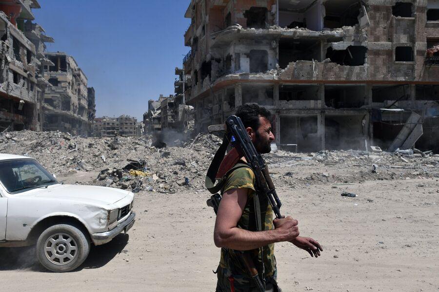 Военнослужащий сирийской армии в освобожденном лагере палестинских беженцев Ярмук на юге Дамаска