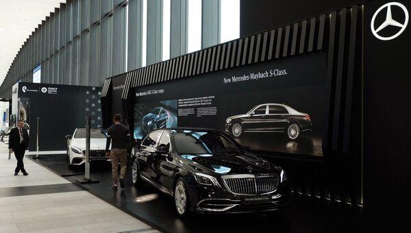 Стенд компании Мерседес в конгрессно-выставочном центре Экспофорум накануне открытия Санкт-Петербургского международного экономического форума