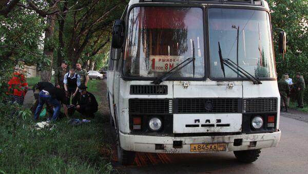 Сотрудники правоохранительных органов на месте взрыва рейсового автобуса в городе Дебальцево Донецкой области. 22 мая 2018