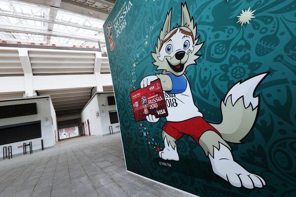 Баннер с изображением символа чемпионата мира по футболу ФИФА-2018 волка Забиваки в подтрибунном помещении БСА Лужники в Москве