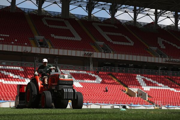 Рабочий ухаживает за газоном на поле Стадиона Спартак в Москве