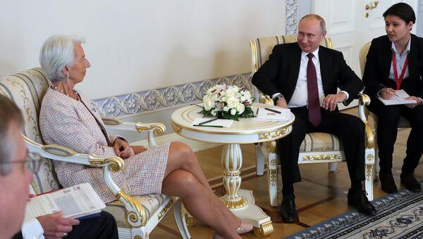 Президент РФ Владимир Путин и директор–распорядитель Международного Валютного Фонда (МВФ) Кристин Лагард во время встречи в Константиновском дворце в Стрельне. 24 мая 2018