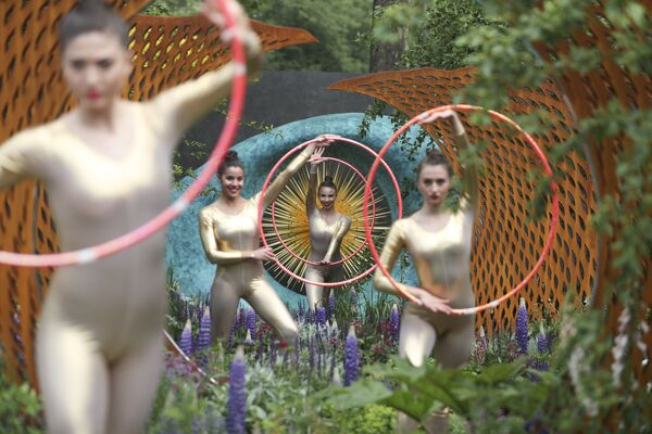 Выступление танцоров на цветочном шоу в Челси